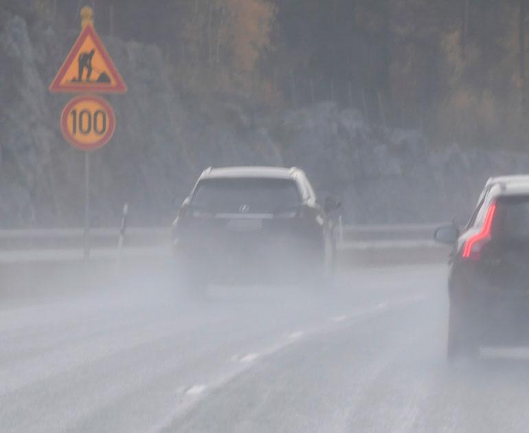 Maisa ohjasti Jari-Matin Lexusta Helsingin suuntaan varsin kovalla nopeudella. Auton takavalot olivat pimeinä.