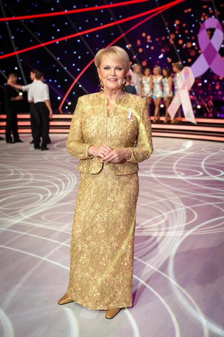 Roosa nauha Tanssii tähtien kanssa -ohjelmassa nähty Katri Helena esitti suorassa tv-lähetyksessä yhden suurimmista hiteistään, Anna mulle tähtitaivas.
