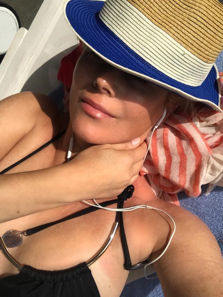 Annea naurattaa, millainen hulabaloo Suomessa syntyy, kun hän julkaisee näyttävän bikinikuvan. – Tuskin vaikkapa Heidi Klum tai Jennifer Lopez joutuvat samalla lailla selittelemään tekemisiään!