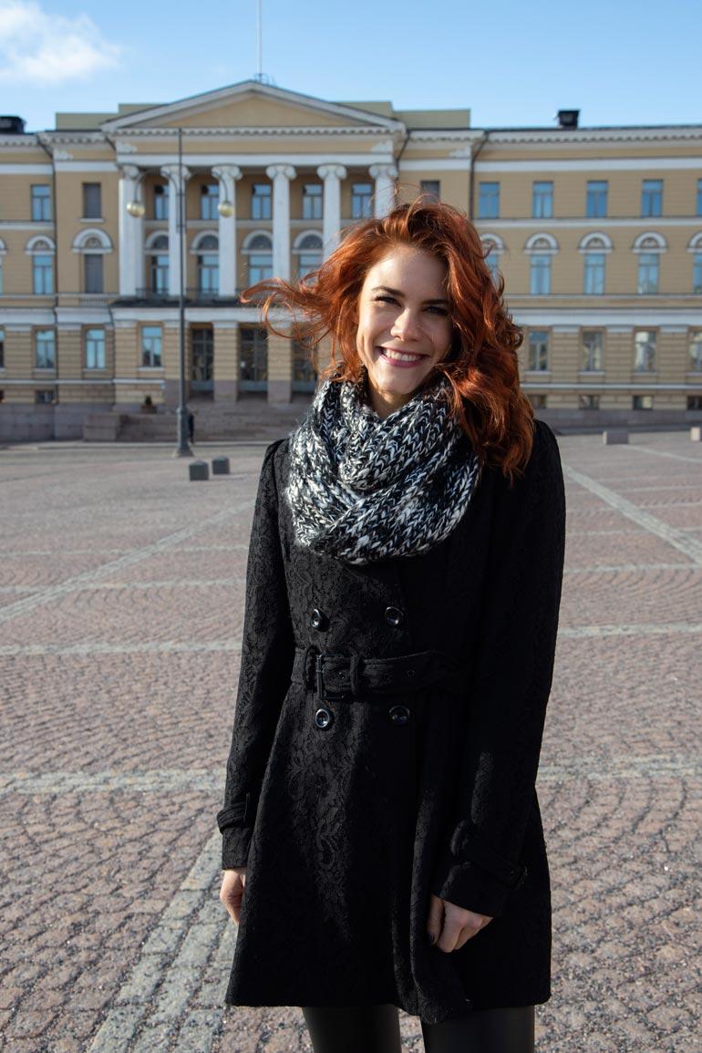 Courtney Hope rakastui Suomeen ison työprojektinsa ansiosta. Kuvassa Kauniit ja rohkeat -tähti poseeraa Seiskalle Helsingin Senaatintorilla viime maaliskuussa.