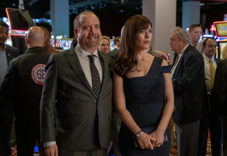 Chuckin dominoivaa vaimoa näyttelee Maggie Siff.