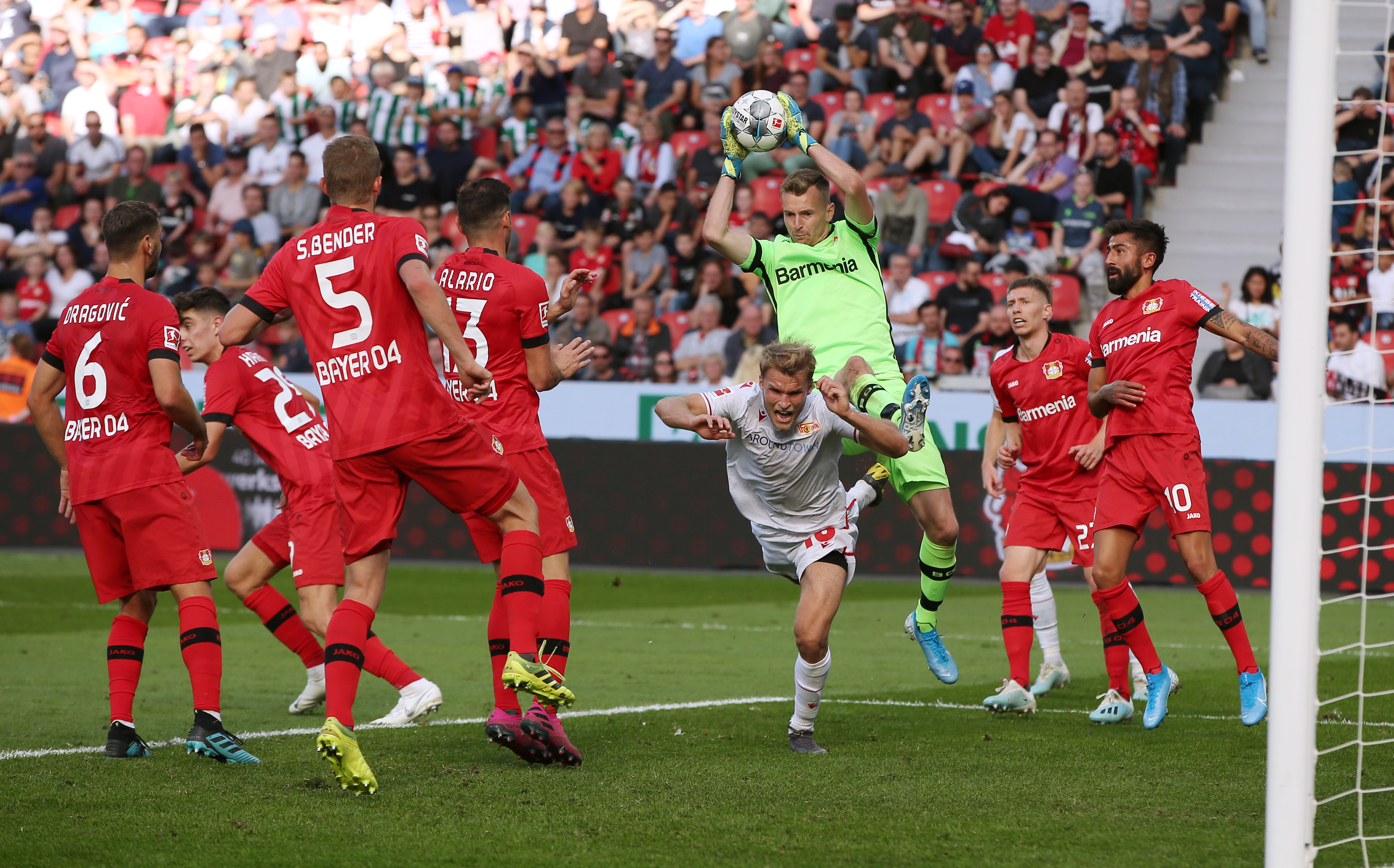 Huuhkajien Lukas Hradecky on tehnyt kelpo työtä seurajoukkueensa Bayer Leverkusenin maalinsuulla.