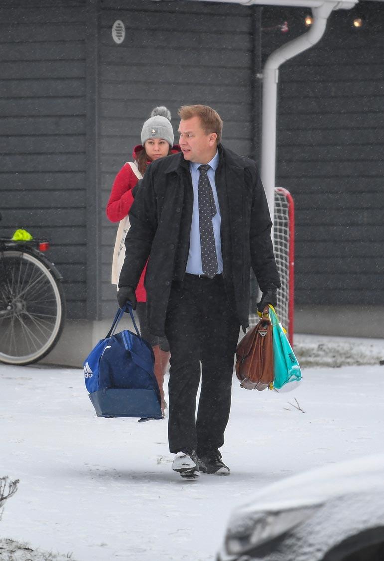 Aamulla Antti asteli kantamuksineen ulos Jannikan seuratessa vanavedessä.