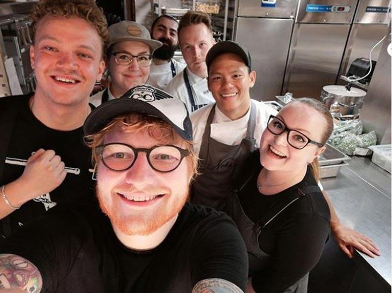 Popin supertähti Ed Sheeran poseerasi kesällä ravintola Nokan henkilökunnan kanssa ateriansa jälkeen. – Nykyään turistioppaat esittelevät meidän paikan Sheeranin suosikkina, Ari naurahtaa.