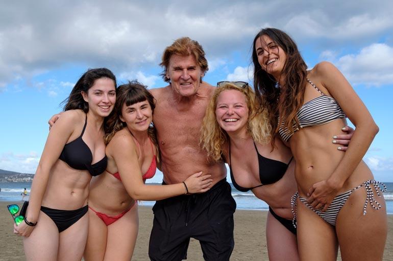 Voihan jummimammi mitä bikinibeibejä! Reetu elää elämänsä kevättä aina päästessään Kanariansaarten auringon - ja señoritojen - hellään syleilyyn.