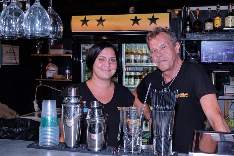 Jarna ja Artsi kaatavat asiakkaille janojuomaa Iskelmä Baarissa. Edes Reetun keikoilla ei tarvitse portsaria. – Nykypäivän turistit osaavat kyllä käyttäytyä, he kehuvat.