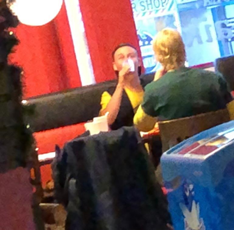 Kristian ja Helmeri syömässä.