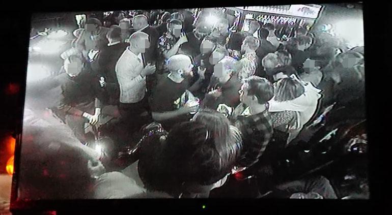 Teemu Pukki oli fanien piirittämä Erottaja-baarissa liki koko illan ajan.
