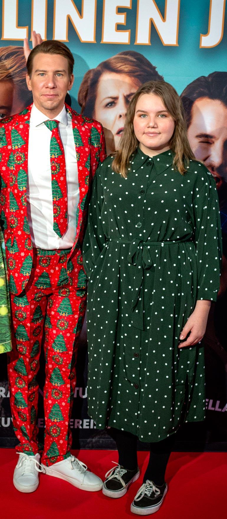 Annikki Hirviniemi poseerasi isänsä Akun kanssa Täydellinen joulu -elokuvan kutsuvierasensi-illassa.