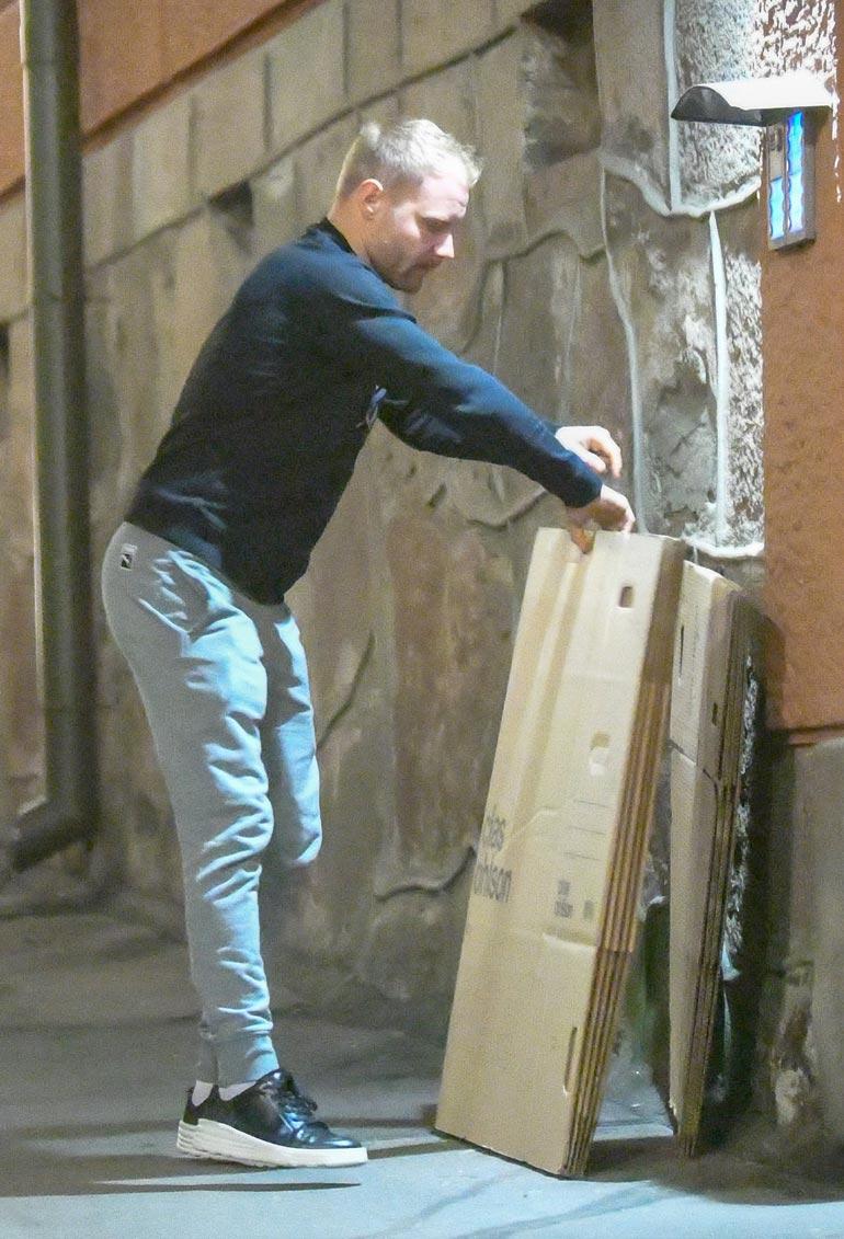 Rautakauppaketjusta ostetut  pahvilaatikot pinottiin ulko-oven pieleen, mistä ne kohta siirtyivät asuntoon sisään.