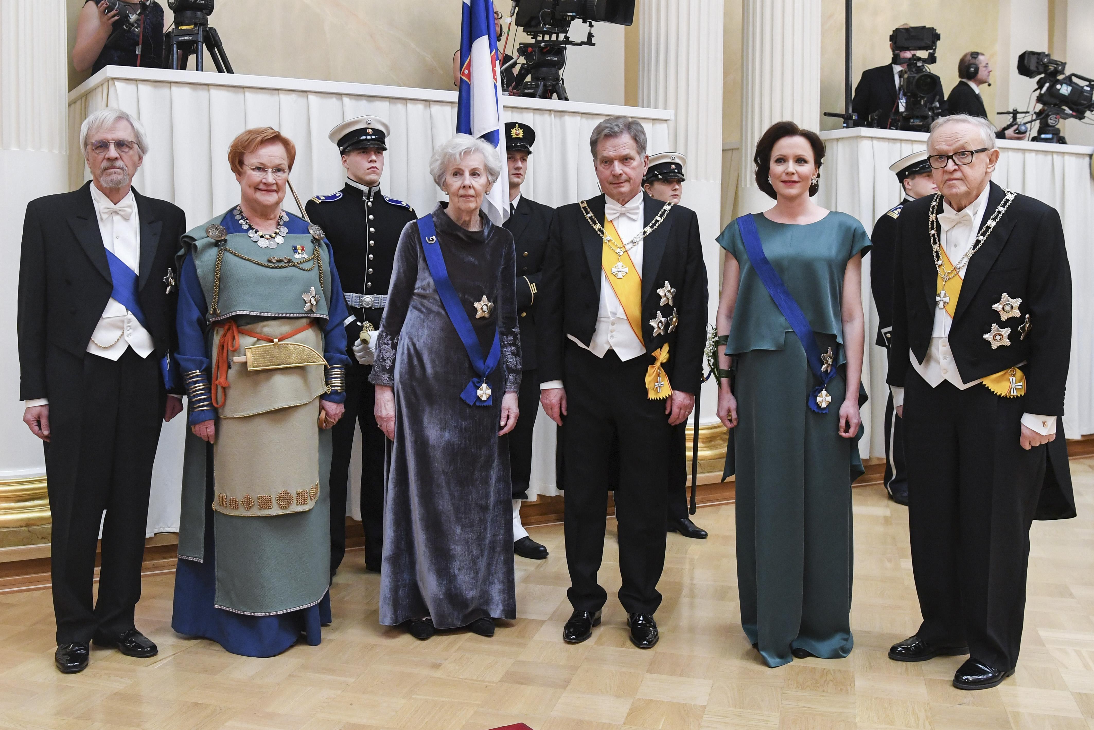 Itsenäisyyspäiväjuhlallisuuksien tyylinäyte vuodelta 2017: Suomen tasavallan presidentit Tarja Halonen, Sauli Niinistö ja MArtti Ahtisaari puolisoineen.