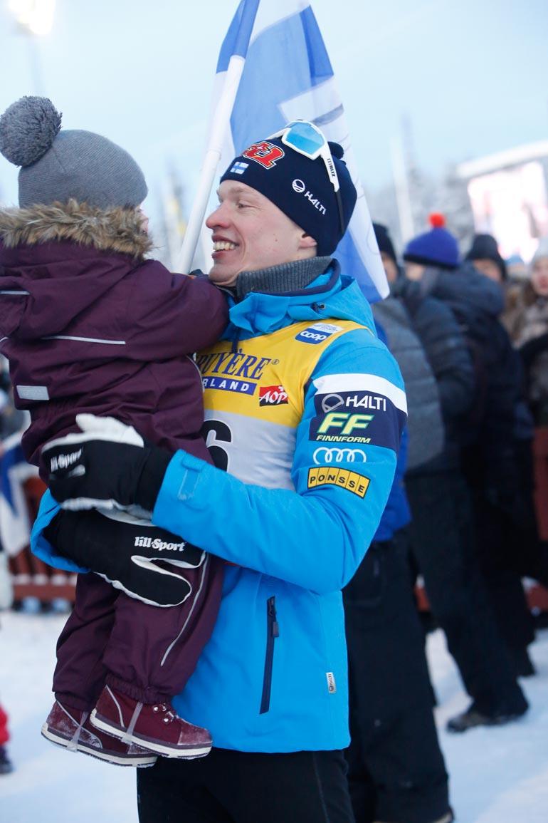Tuttu pikkutyttö pääsi onnellisen olympiavoittajan ja maailmanmestarin käsivarsille.