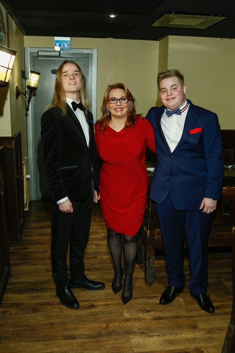 Nina Mikkonen viettää joulun poikiensa Matiaksen ja Mikaelin kanssa.