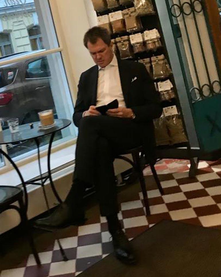 Peter Nyman kahvilassa.