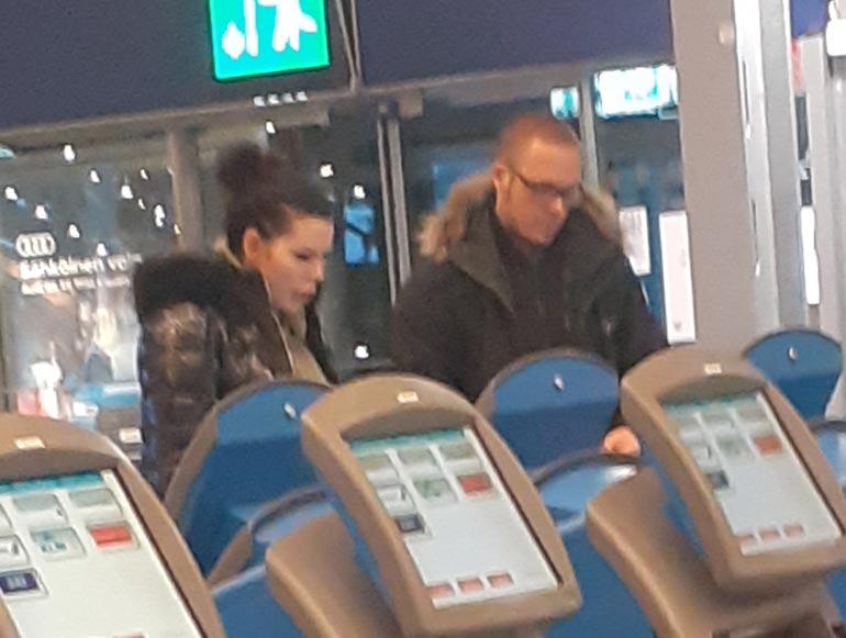 Suvi Pitkänen perheineen lentokentällä.