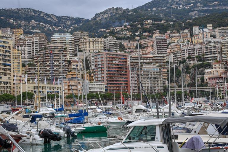 Valtterin punainen Les Caravelles -kotitalo sijaitsee varsin keskeisellä paikalla Monacon huvivenesataman kupeessa.