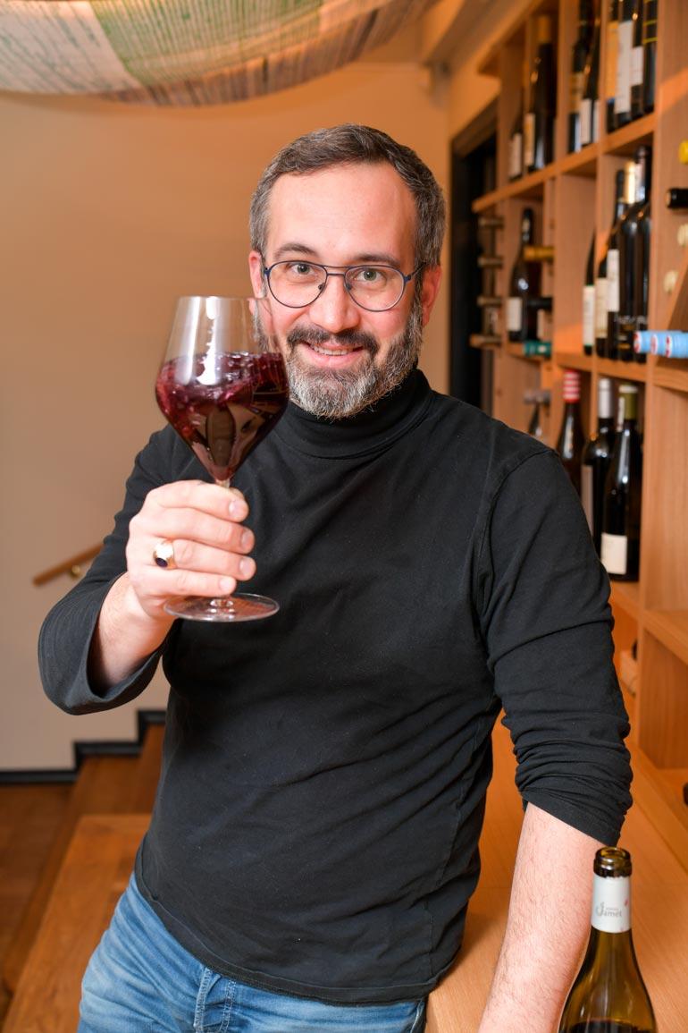 Viinien ja ruuan yhdistämisessä on muutamia takuuvarmoja makupareja. – Kestosuosikkini on paistettu lohi ja sauvignon blanc, koska viini tuo ruokaan sen kaipaamaa sitruunaisuutta, Samuil sanoo.