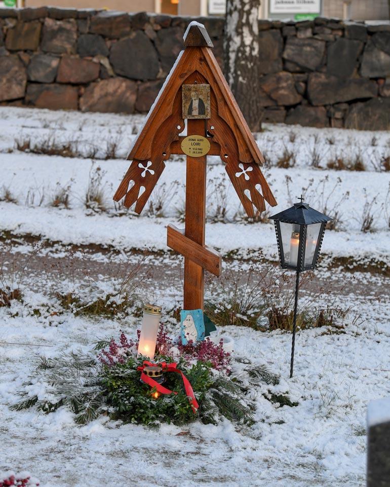 Joonaksen kauniilla haudalla vallitsee lämmin ja harras tunnelma.