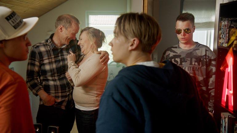 Teemoina kahdeksanosaisessa sarjassa ovat luja ystävyys ja kasvu pojasta mieheksi. Justimusfilmsin jäsenten lisäksi Duo-sarjassa näyttelevät Heli Sutela ja Timo Tuominen. – Ehdotimme Heliä äidin rooliin, ja hän suostui, Juho kertoo.