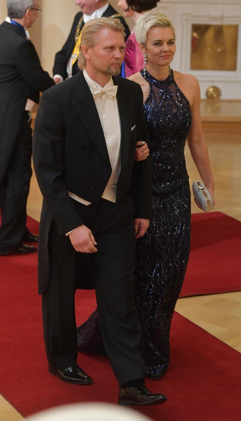 Frakkiin asianmukaisesti sonnustautunut Marko Asell saapui Linnan juhliin puolisonsa Marin kanssa.