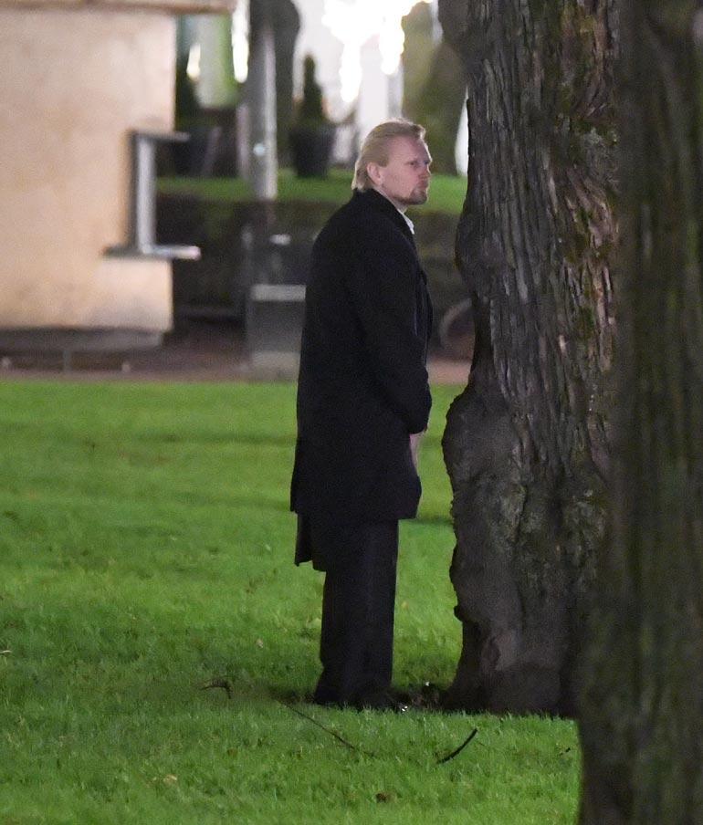 Demarikansanedustaja Marko Asell näytti helpottuneelta, kun hän teki tarpeitaan Esplanadin puiston lehmuksen juurelle.