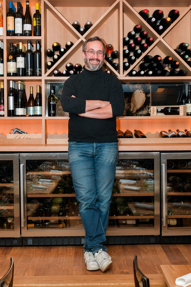 – Suomalaiset juovat parempia viinejä kuin monet muut eurooppalaiset. Meillä voi ostaa viinejä koko maailmasta. Bordeaux'ssa saa olla onnellinen, jos löytää mitään muuta kuin sitä viiniä, jota vieressä viljellään.