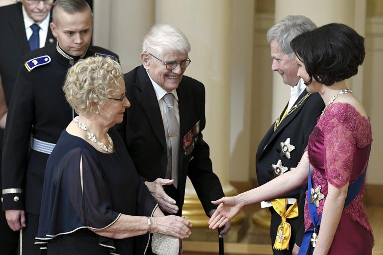 100-vuotias Unto kätteli mielellään tasavallan presidentti Sauli Niinistöä. – Toivotin hänelle hyvää itsenäisyyspäivää ja kaikkea  muutakin hyvää.