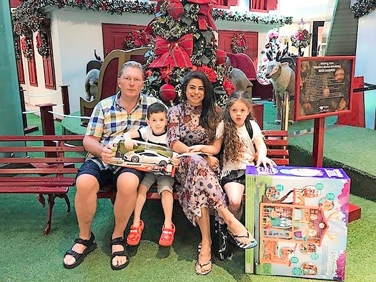 – Vain kiireettömyys on jouluna ehdotonta. Silloin ei saa olla mitään hoppua mihinkään, Vesa sanoo. Lahjoja ihastelevat lapset Toivo ja Maria.