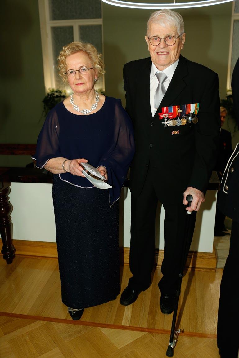 Anja Taipale, 78, ja sotaveteraani Unto Nikunen, 100, lähtivät Presidentinlinnasta suoraan takaisin Lemille. Kotipitäjässä oli lauantaina luvassa Unton varsinaiset syntymäpäiväjuhlat.
