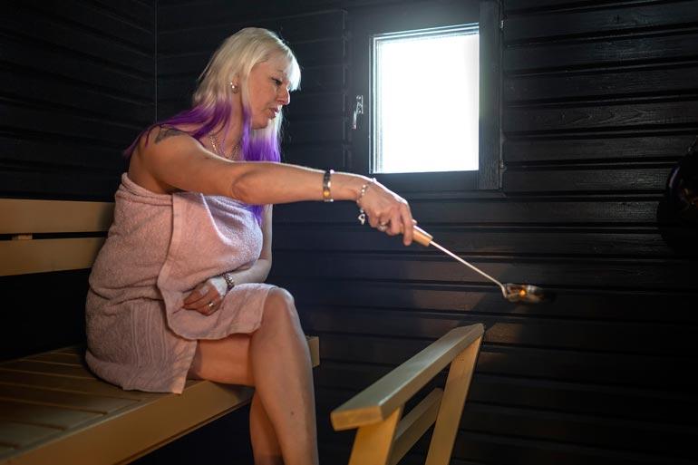 Vaikka pihasauna on jäänyt käyttämättä, niin sisäsaunassa Pia saunoo muutaman kerran viikossa.