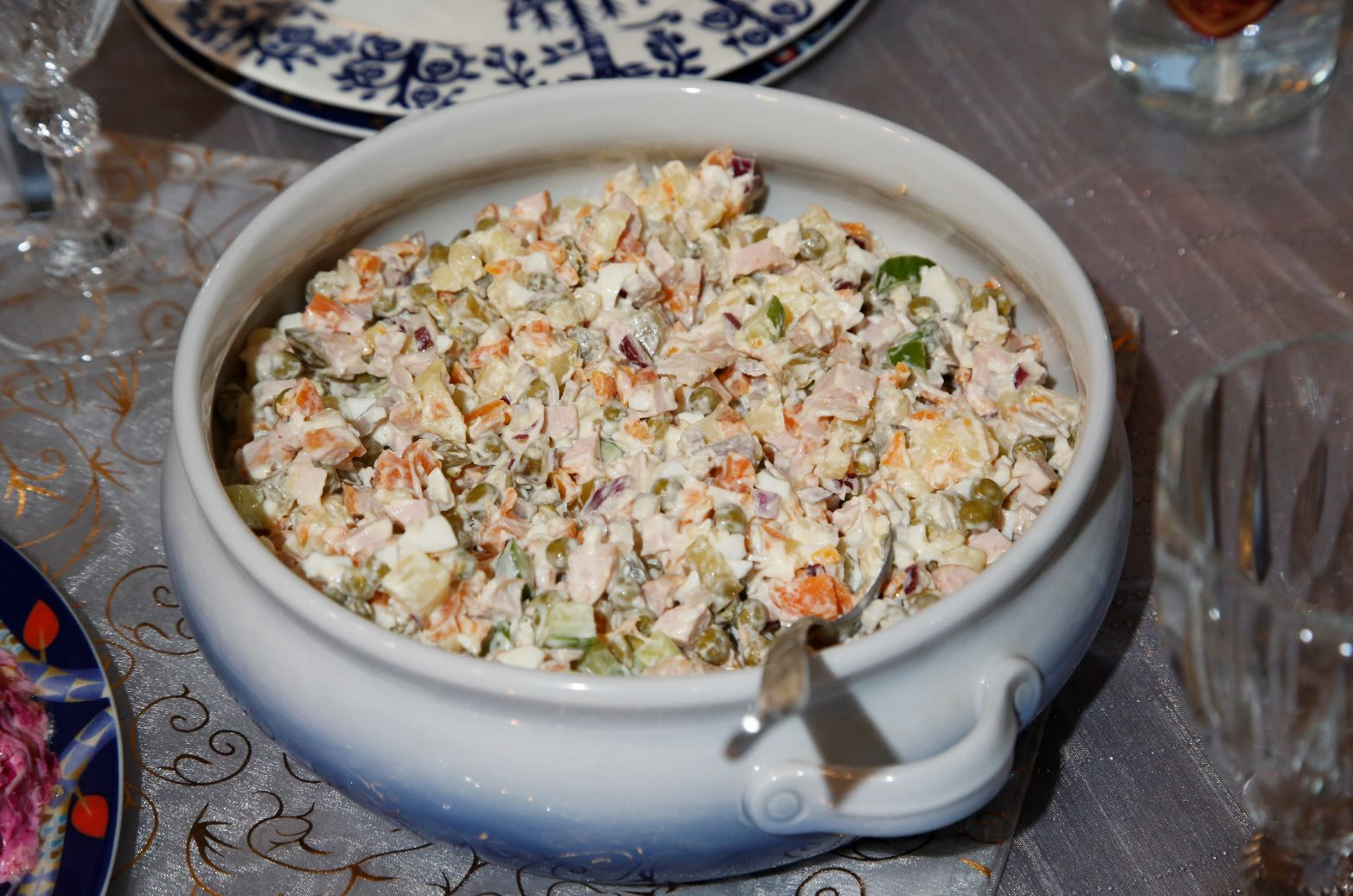 Perivenäläistä olivier-salaattia.