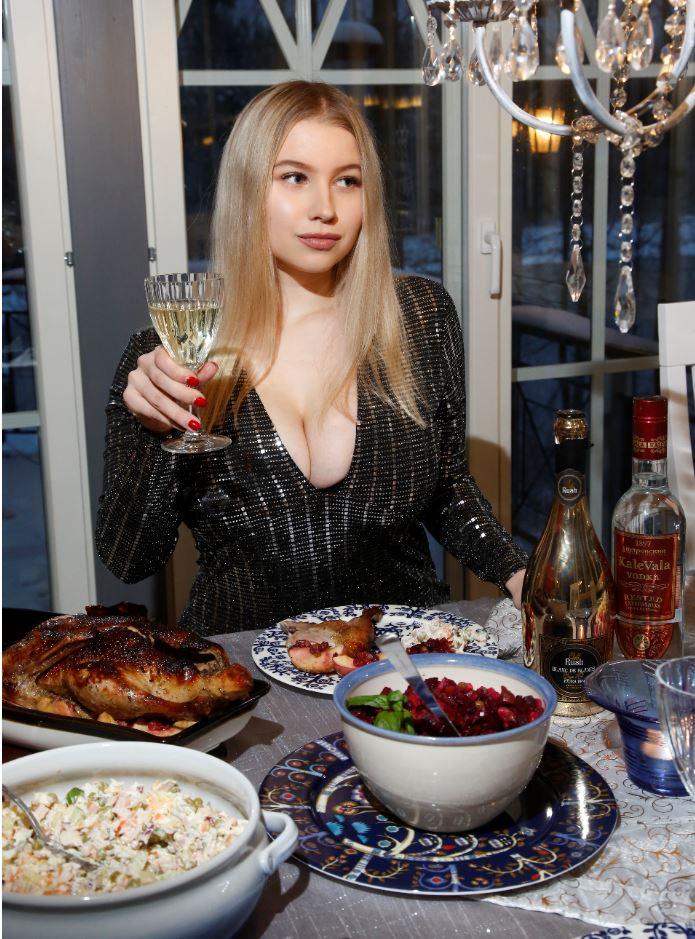 Nyt kelpaa juhlia! Pöytä ja Pasha ovat kumpikin koreana, joten ei muuta kuin syömään.