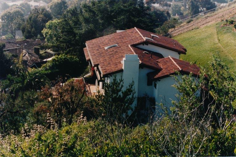 Armin ja Albertin kotitalo sijaitsee vehreällä kukkulalla San Diegon La Jollassa. Upean kolmikerroksisen talon pihalla on tietysti uima-allas.