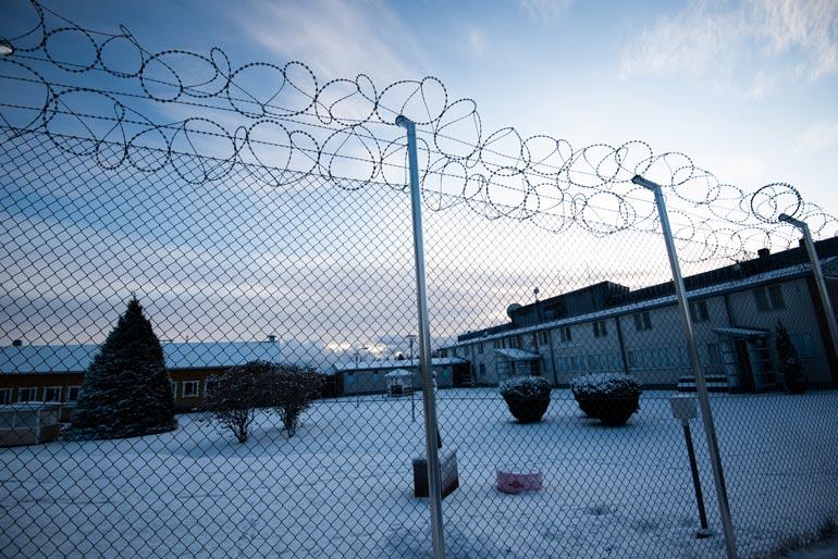 Köyliön vankilaa ei kierrä korkea muuri, vaan piikkilanka-aita.