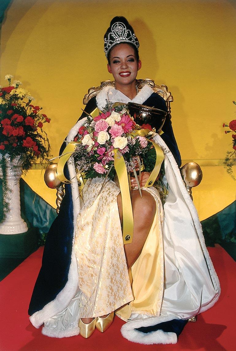 11-vuotiaana mallinuransa aloittanut Lola kruunattiin 18-vuotiaana Miss Suomeksi 1996. – Luulin pitkään, etten voi edes osallistua missikisoihin taustani takia.