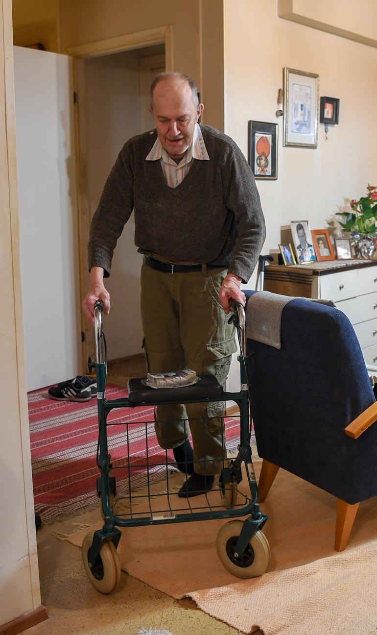 Lauri liikkuu kotonaan rollaattorin avulla. Kylillä mies kurvailee sähkömopolla.