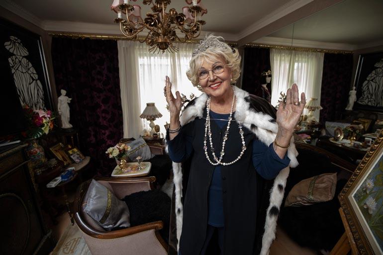 Kerran missi, aina missi. Virpi Miettinen näyttää yhä upealta missinviitassa ja tiara kureillaan Porvoon-kodissaan. Kaksio on täynnä Virpin äidiltään perimää antiikkia.