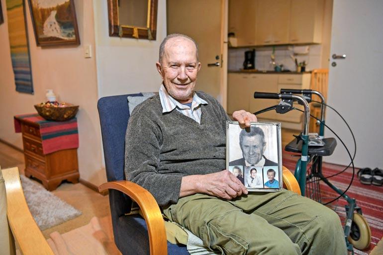 Lauri näytti vanhoja valokuviaan Seiskan reportterille. Kuvassa ylhäällä on Sannan isoisä ja alhaalla keskellä on esiteini-ikäinen Sanna.