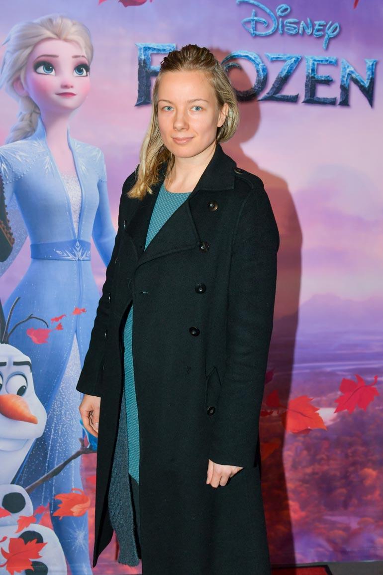 Henna edusti Frozen 2 -elokuvan kutsuvierasensi-illassa.