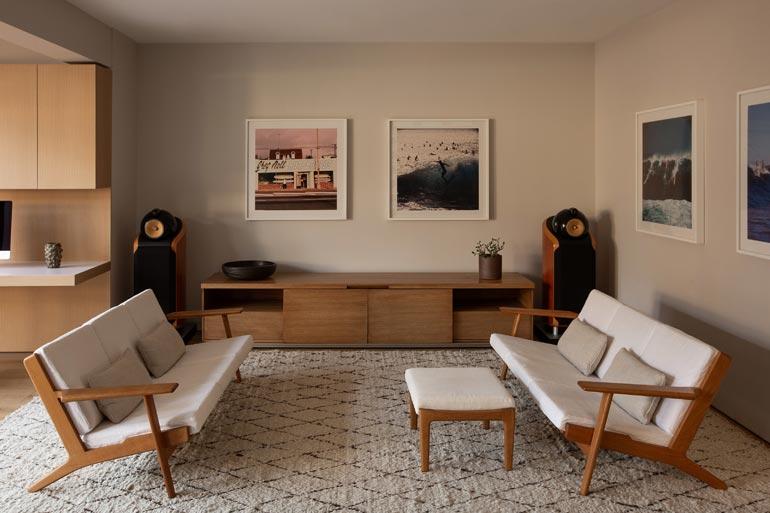 Talo on sisustettu retrohenkiseksi. Huonekalut tuovat mieleen 50-luvun kodit USA:ssa ja Euroopassa.