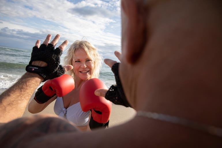 Johanna treenaa miehensä Peppen kanssa ilmaispaikkoja hyödyntäen. Kuntonyrkkeillä voi hyvin rannalla. – Kotona teemme harjoituksia tuoleilla.