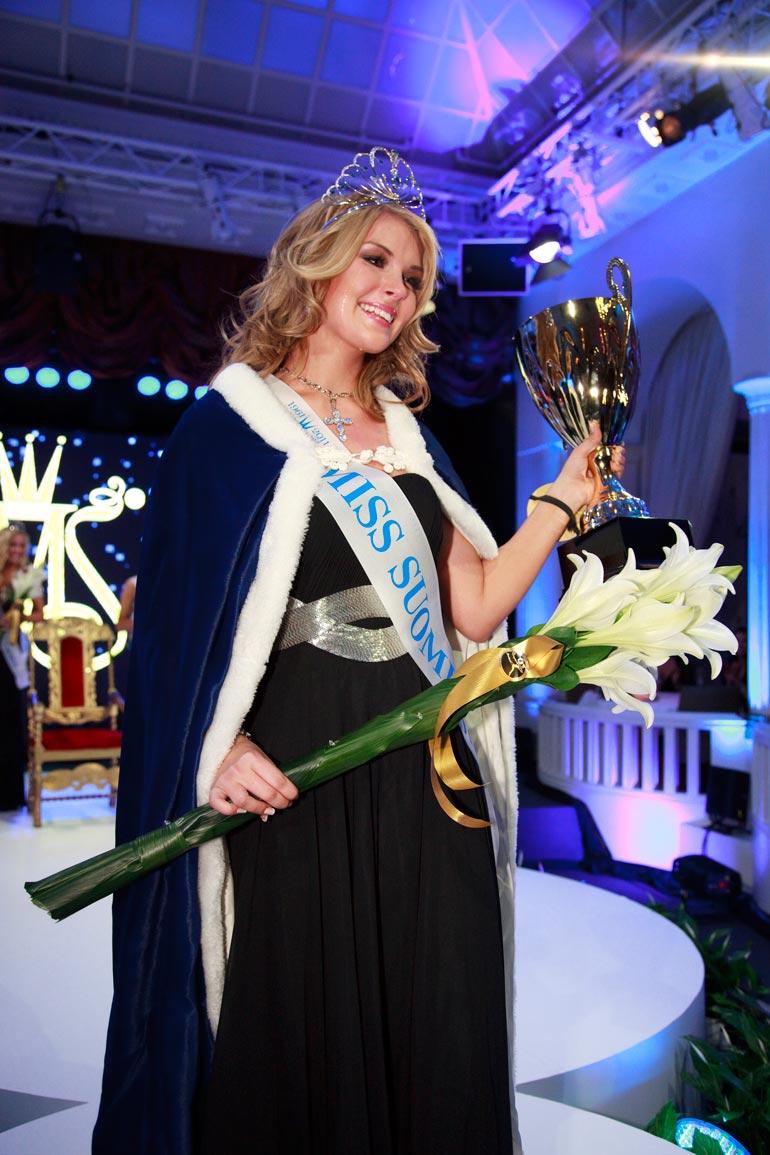 Pia voitti Miss Suomi 2011 -tittelin ja aiheutti kohun luopuessaan kruunusta vajaan puolen vuoden kuluttua. Nimikin vaihtui Pakarisesta Lambergiksi.