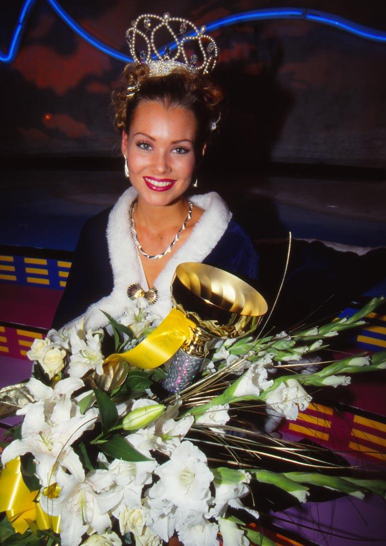 Saija on 1999 Miss Suomen toinen perintöprinsessa. Kuvassa hän poseeraa Miss Skandinavia -voittajana 2000.