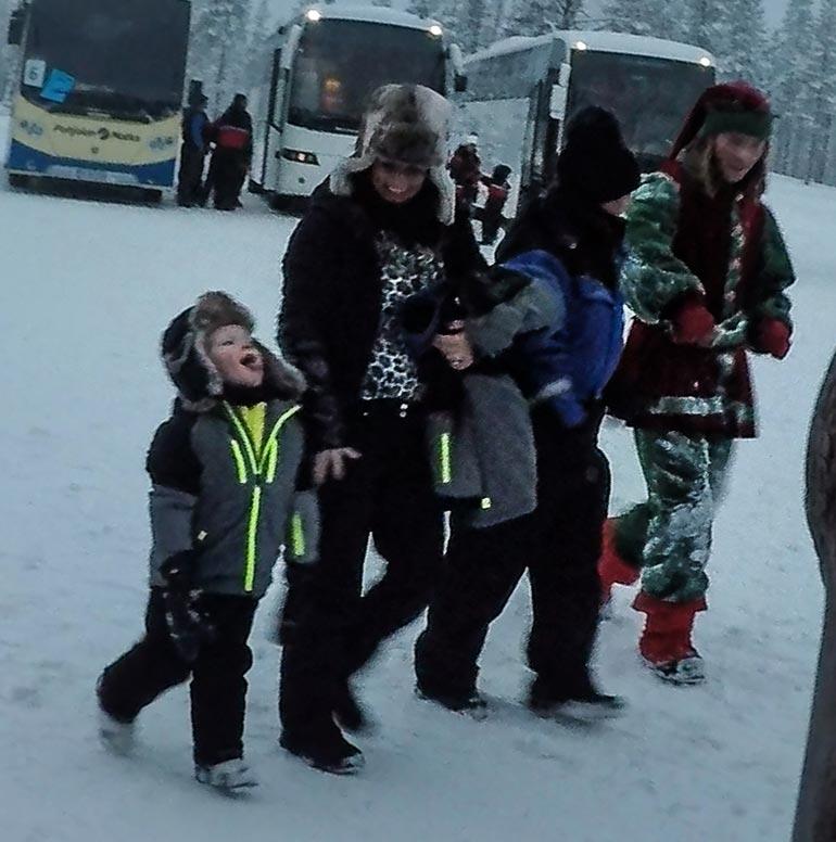 Lapset iloitsivat lumesta. Noisy Nod -tonttu johdatti Coleenin ja tämän äidin huskyjen luokse.