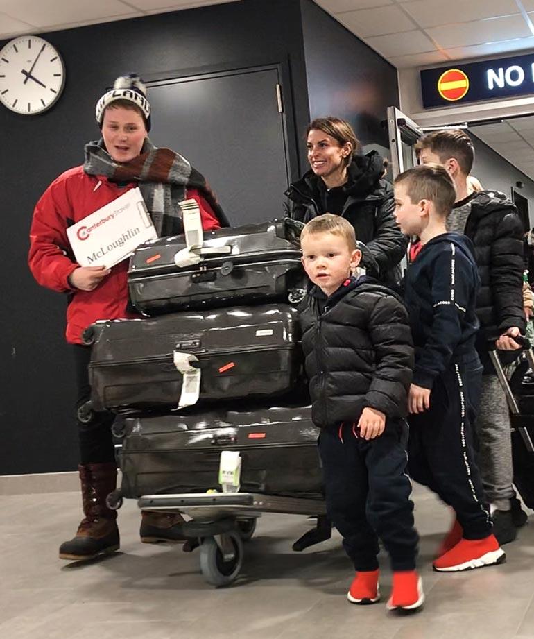 Rooneyt tunnistettiin Rovaniemen lentoasemalla, jossa lasin takana olevat matkustajat kiirehtivät koputtelemaan ikkunaan nähdessään perheen.