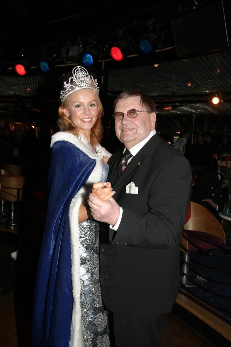 Eino Makunen on saanut kunnian tanssittaa kymmeniä vastavalittuja Miss Suomi -kaunottaria. Tässä kuvassa vuoden 2005 voittaja Hanna Ek (nyk. Poulsen).