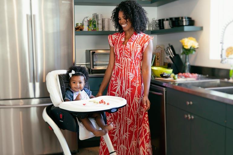 – Aurora on utelias, iloinen ja sosiaalinen lapsi, Karla kuvaa kotitalonsa keittiössä Los Angelesissa.