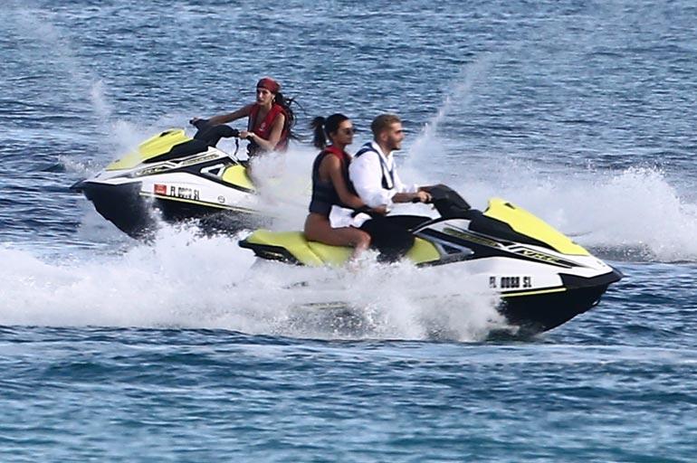 Täydelliseen rantapäivään kuuluu tietenkin myös vesijetillä huristelu. Menossa on mukana myös Kendallin hyvä ystävä Fai Khadra.