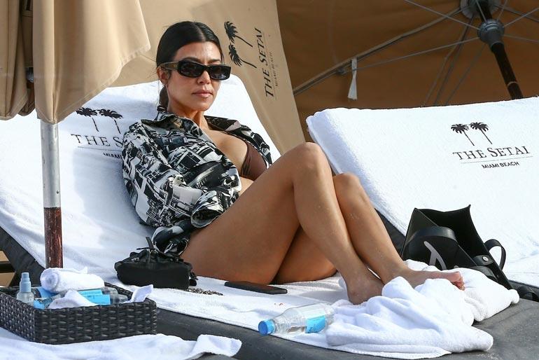 Kourtney Kardashian otti rauhallisemmin ja seurasi parikymppisten ilottelua aurinkotuolistaan.