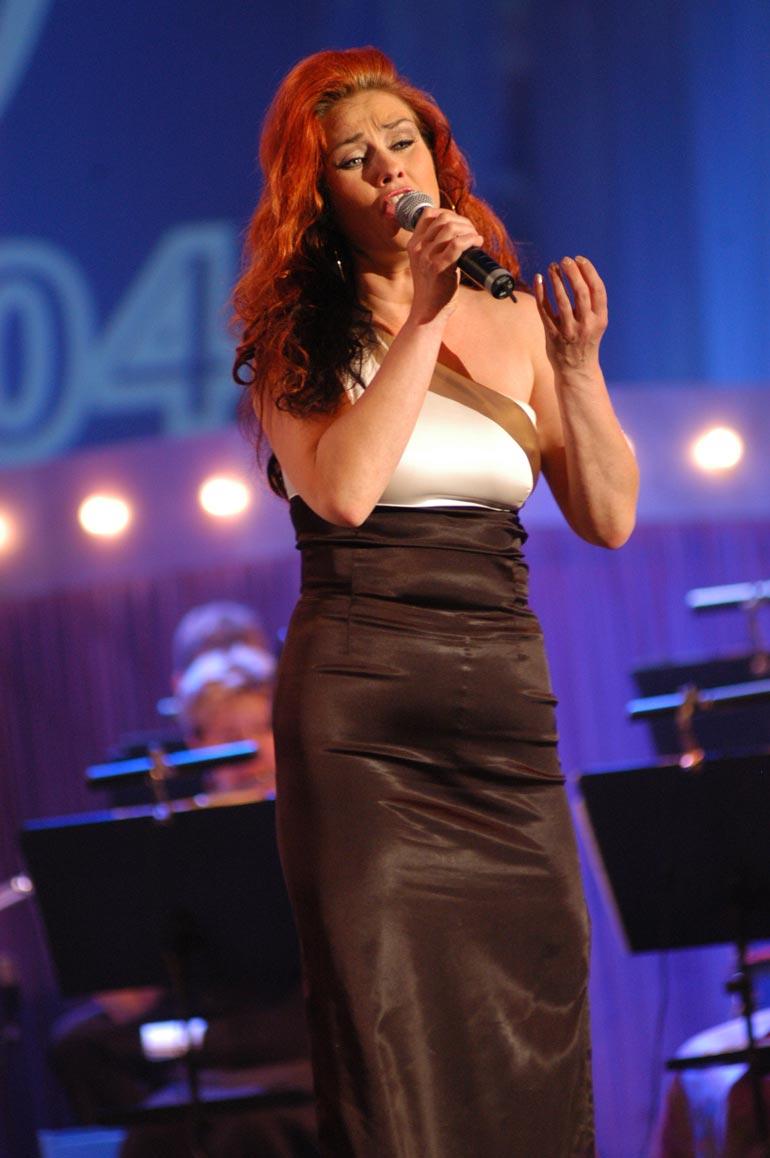 Saija ei enää voi laulaa mutta toivoo kuntoutuvansa niin, että voisi pitää vielä joskus konsertin. Kuva on Seinäjoen Tangomarkkinoilta vuodelta 2004.
